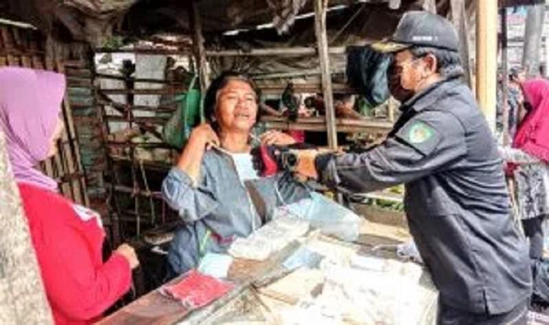 Di Pasar Rancamanyar Dan Pemukiman Warga, Dansektor 7 Bagikan 1.600 Masker Gratis