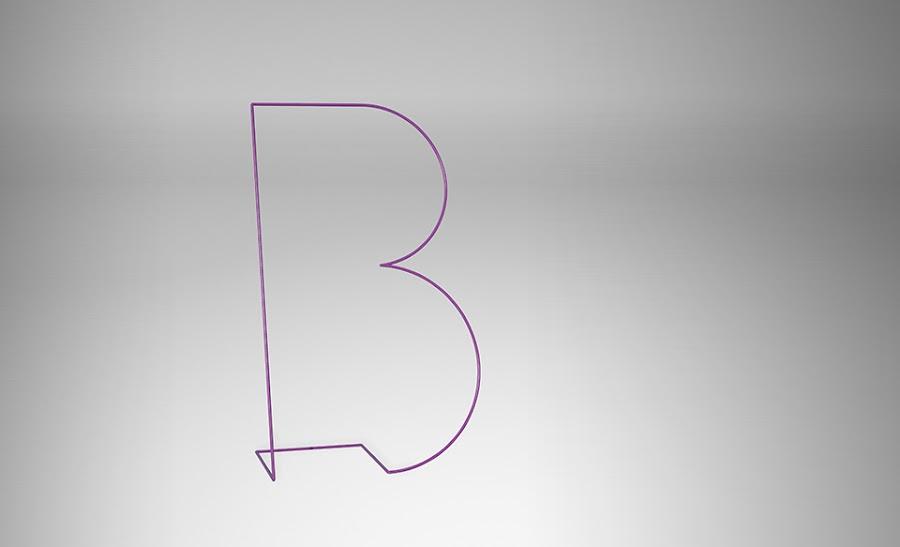 Moderno galán con forma de B.
