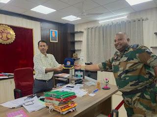 कलेक्टर से भारतीय वायुसेना के अधिकारियों ने की सौजन्य भेंट