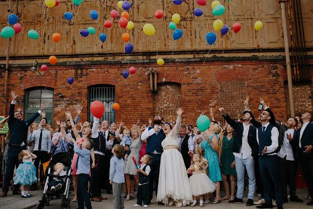Suelta de globos en una boda . Trocitos de Boda