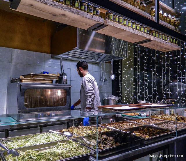 Balcão especializado em alcachofras e cogumelos no Mercado Central de Termini, Roma
