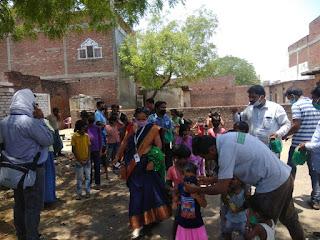 मीरपुर वार्ड के विशेषरपुर मोहल्ले में बच्चों के बीच वितरित हुआ मास्क, साबुन एवं फल | #NayaSabera