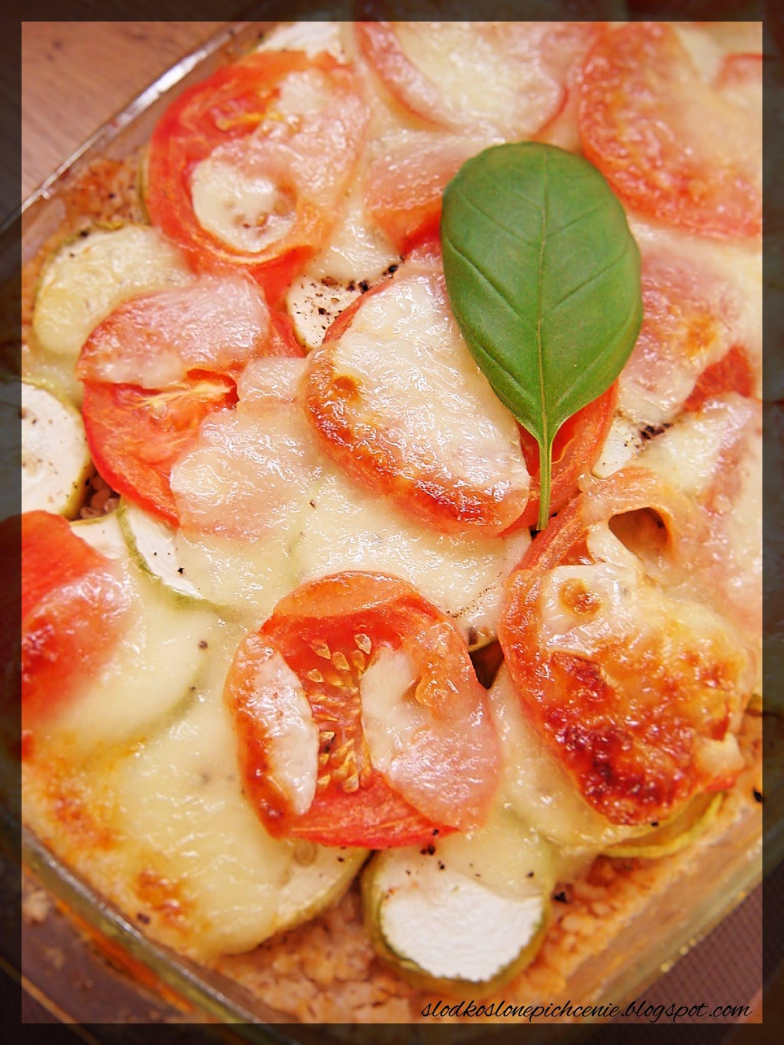 Zapiekanka z kaszą, mięsem mielonym, cukinią i pomidorem
