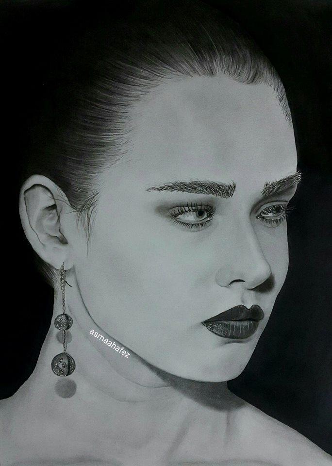 الإنتهاء من رسم إمرأة بالفحم