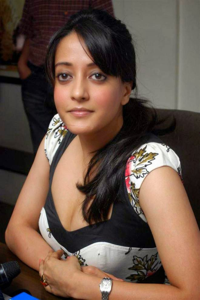 Raima Sen Cleavage Show Photos