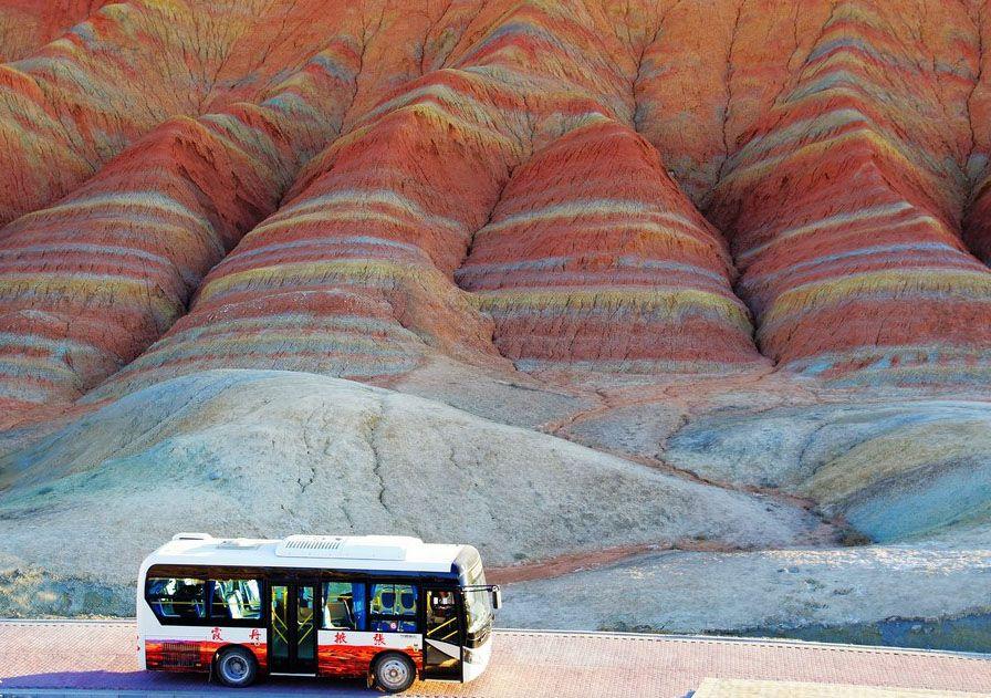 Экскурсионный автобус в цветные скалы Чжанъе в Китае