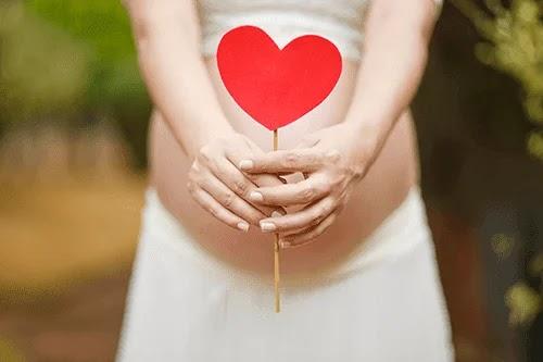 هل ينزل دم في بداية الحمل في موعد الدورة ؟ وهل هو امر خطير ؟
