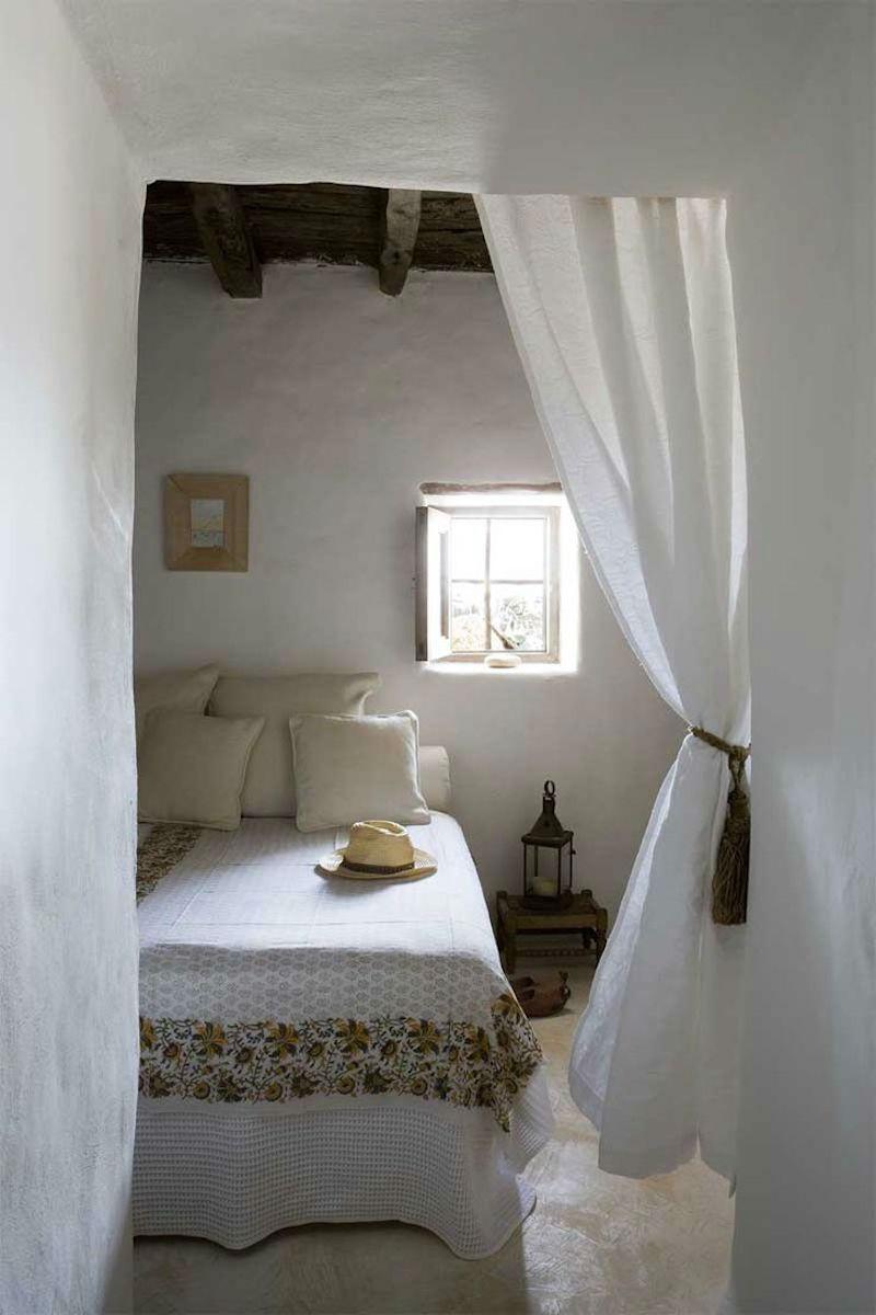 Dormitorio casa de campo o chalet sin puertas (con cortinas)