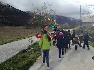 I bimbi della scuola di Campo di Giove insieme alle insegnanti ed i parenti per la festa dell'albero