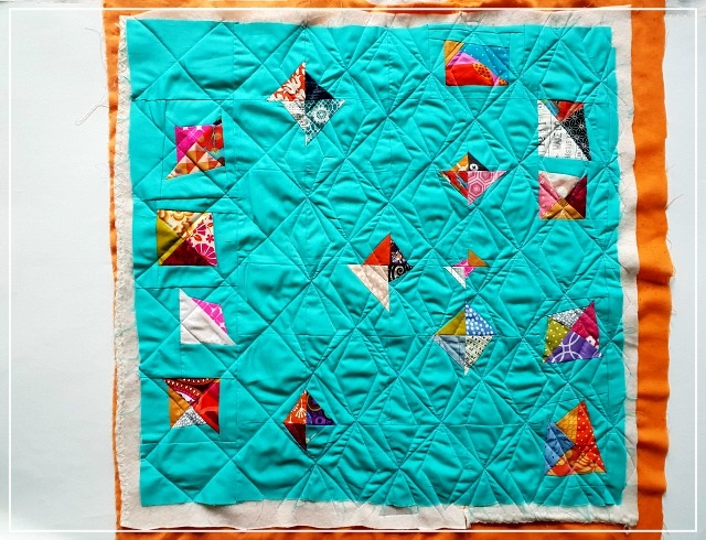 Puppilalla, scrappy triangle; pillowcase, patchwork, modern quilting, frankenbatting