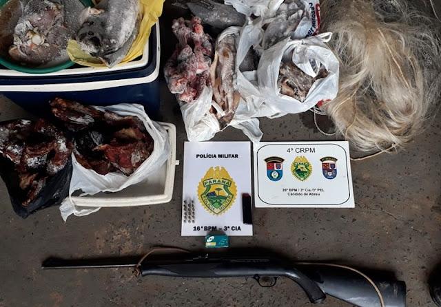 Armas, carne de animal silvestre e 18 redes foram aprendidas durante ação policial na divisa de Manoel Ribas com Cândido de Abreu