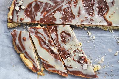 Błyskawiczny mazurek z mleczną i białą czekoladą