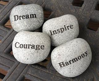 pedras-com-as-palavras-sonhos-coragem-inspiracao-e-harmonia