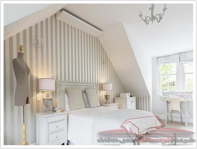 4 طرق لمحاذاة التصميم في غرفة السقف المنحدرة