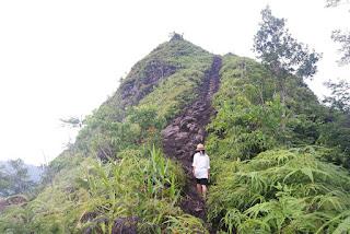 medan terjal menuju puncak bukit pasumpahan