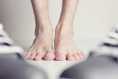 Sandal dan sepatu dengan model terbuka sangat digemari pada trend semi dan trend panas Cara Menghilangkan Jamur Kaki