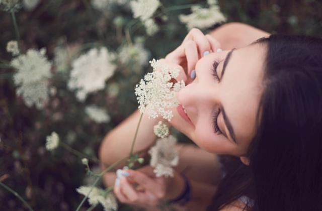 "Indera Penciuman : Bagian-Bagian Indera Penciuman, Cara Kerja Indera Penciuman Manusia Organ hidung adalah indera yang digunakan untuk menangkap rangsang gas/bau. Penciuman ini biasanya sangat peka, sehingga apabila sel-sel saraf pencium ini menerima rangsangan dari dua bau yang pekat secara berbarengan justru malah merusak rasa penciumannya.  Bagian-Bagian Indera Penciuman Organ hidung sebagai indera pencium di bagian rongga bagian atasnya terdapat sel-sel resptor (ukuran rongga ini sekitar 250 mm²). Ada pula selaput lendir (mucus) uamh melapisi ujung rambut-rambut halus (reseptor) yang berguna sebagai pengatur suhu.  Cara Kerja Indera Penciuman Gas/zat yang berupa uap yang terhirup ke rongga hidung saat respirasi, selanjutnya zat tersebut akan dilarutkan pada selaput lendir dan ditangkap oleh sel-sel reseptor. Otak akan menerima informasi yang dihantarkan oleh sel saraf dan kita mempersepsikan itu sebagai sebuah aroma tertentu (wangi, pesing, apek, tawar dan lain sebagainya).   Nah itu dia bahasan dari indera penciuman, melalui bahasan di atas bisa diketahui mengenai bagian-bagian indera penciuman dan cara kerja indera penciuman manusia. Mungkin hanya itu yang bisa disampaikan di dalam artikel ini, mohon maaf bila terjadi kesalahan di dalam penulisan, dan terimakasih telah membaca artikel ini.""God Bless and Protect Us"""