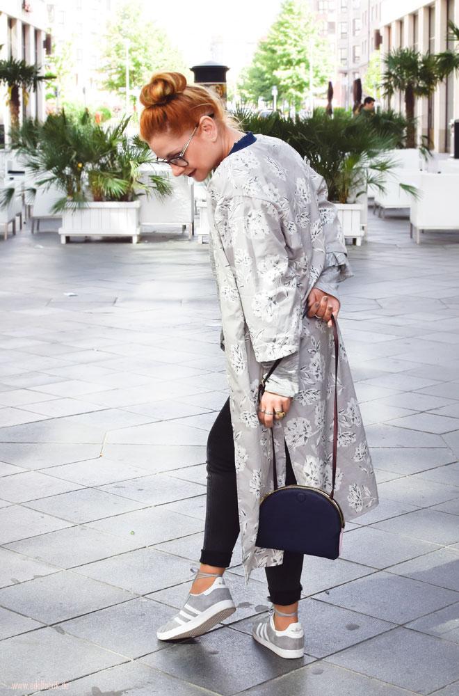 Hellgrauer Kimono mit Blumemuster, graue Skinny Jeans