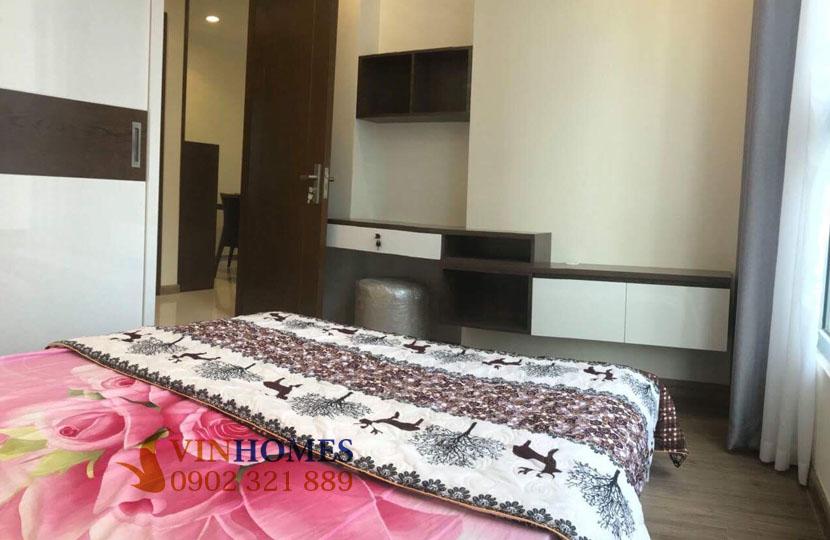Cho thuê căn hộ Vinhomes 4 phòng ngủ Landmark 1 - giường ngủ nhìn ra cửa