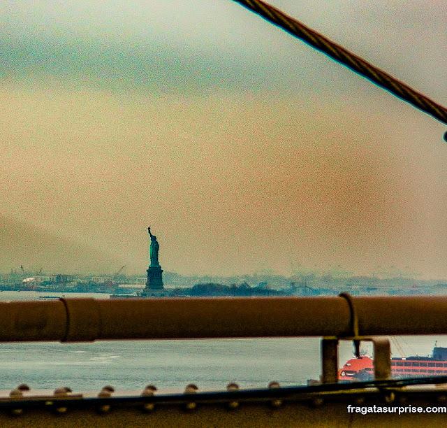 A Estátua da Liberdade vista da Ponte do Brooklyn, Nova York