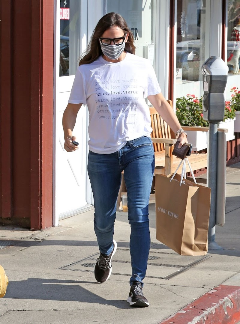 Jennifer Garner Clicked While Shopping at Brentwood Country Mart  10 Dec-2020