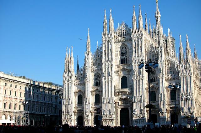 Catedral de Milão na Piazza del Duomo na Itália