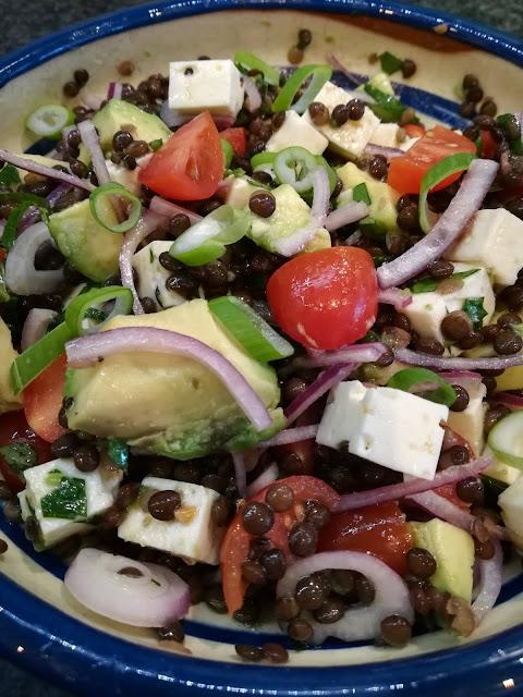 Linsensalat mit Belugalinsen, Feta und Avocado