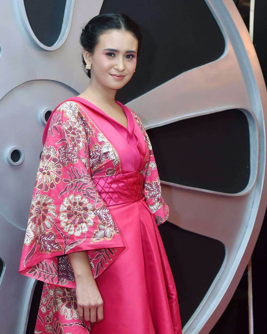 Ayushita artis cantik gaun merah jambu indah