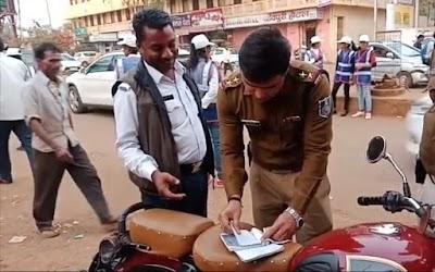 यातायात थाने में पदस्थ आरक्षक ब्रजेश पचौरी का रणवीर सिंह यादव ने काटा चालान | Shivpuri News