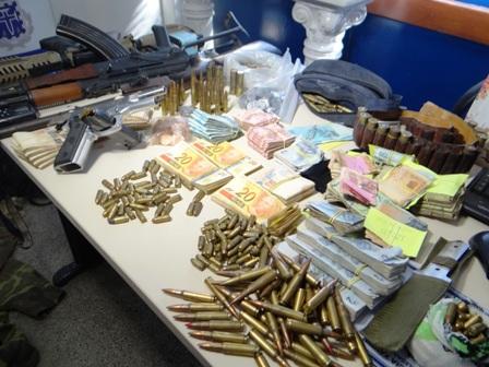 Acusados de assaltar bancos são presos com armas usadas pelo exército russo e marines americanos