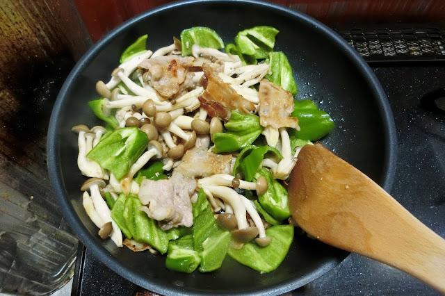 豚肉の色が変わり、焼き色がつき始めたらしめじ、ピーマンを加え、1分程度炒め合わせます。