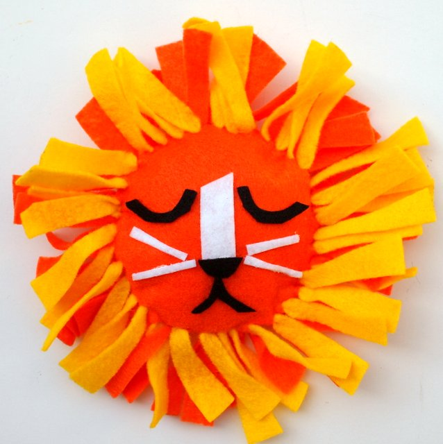 no-sew felt lion tie pillow for kids
