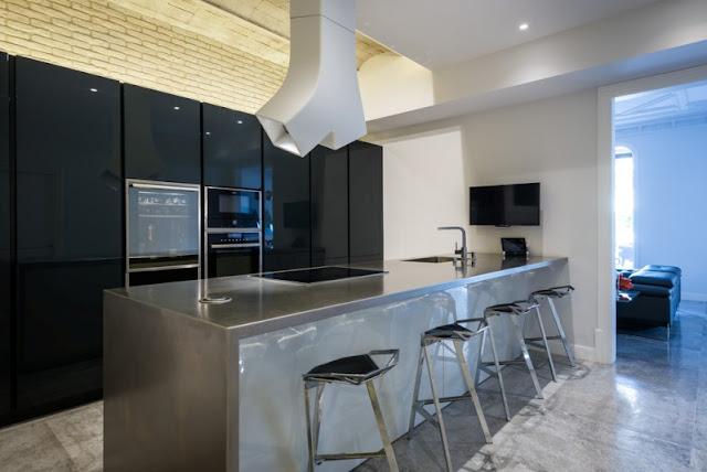 cocina de diseño en un piso en el ensanche barcelonés chicanddeco