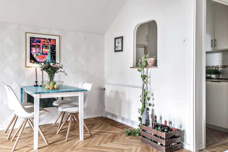 salon estilo nordico, decoracion nordica, sillas eames, mesa ikea, ikea hack, cuadro, parquet, blanco,