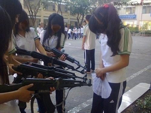 Nữ sinh hành động vô duyên trong giờ học.