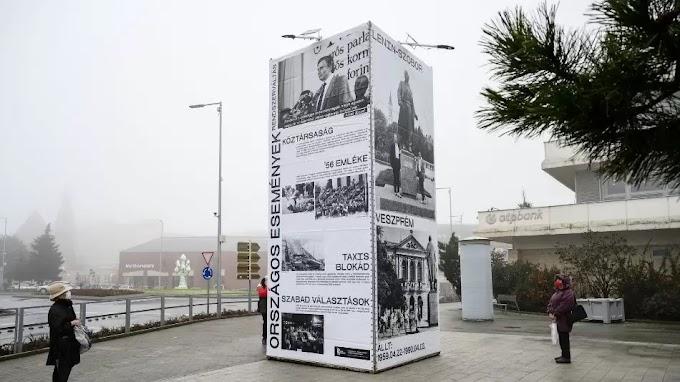 Átadták a rendszerváltoztatás időszakát felidéző köztéri installációt Veszprémben