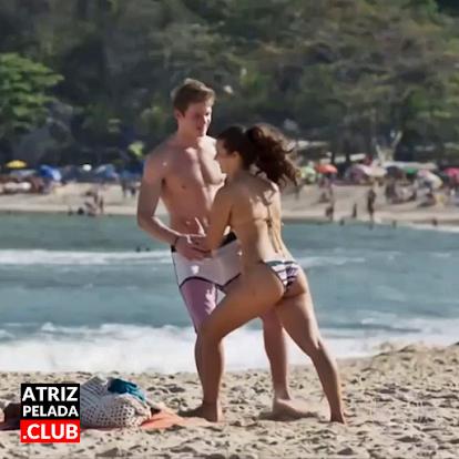 Alanis Guillen de biquíni na praia em 'Malhação'