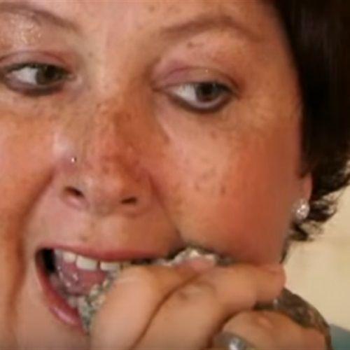 #شاهد إمرأة تعتاد علي اكل الحجارة والسبب في ذلك الامر الاكثر غرابه! تعرف عليه