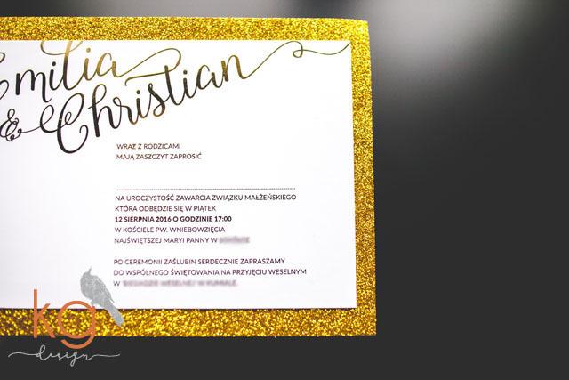 gold foil, brokat, złote, błyszczący, ramka, koperta z wyklejką, osobne karty, białe, glamour, kaligrafia, kaligraficzne, metaliczny, papeteria ślubna, pismo kaligraficzne, glitter, zaproszenia gold foil, zaproszenia hotstamping, metaliczny połysk zaproszenie ślubne, brokatowe zaproszenia, zaproszenie z brokatem, styl glamour na slubie, osobne karty, pismo klaigraficzne, kaligraficzne zaproszenia slubne, recznie robione, połyskujące, papeteria slubna, poligrafia slubna, zaproszenia ślubne, zaproszenie na ślub, projekt ślub, kg design, wyklejana koperta z brokatowym papierem, brokatowa wstazka,