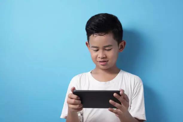 Mencari hiburan selama di rumah dengan bermain game online