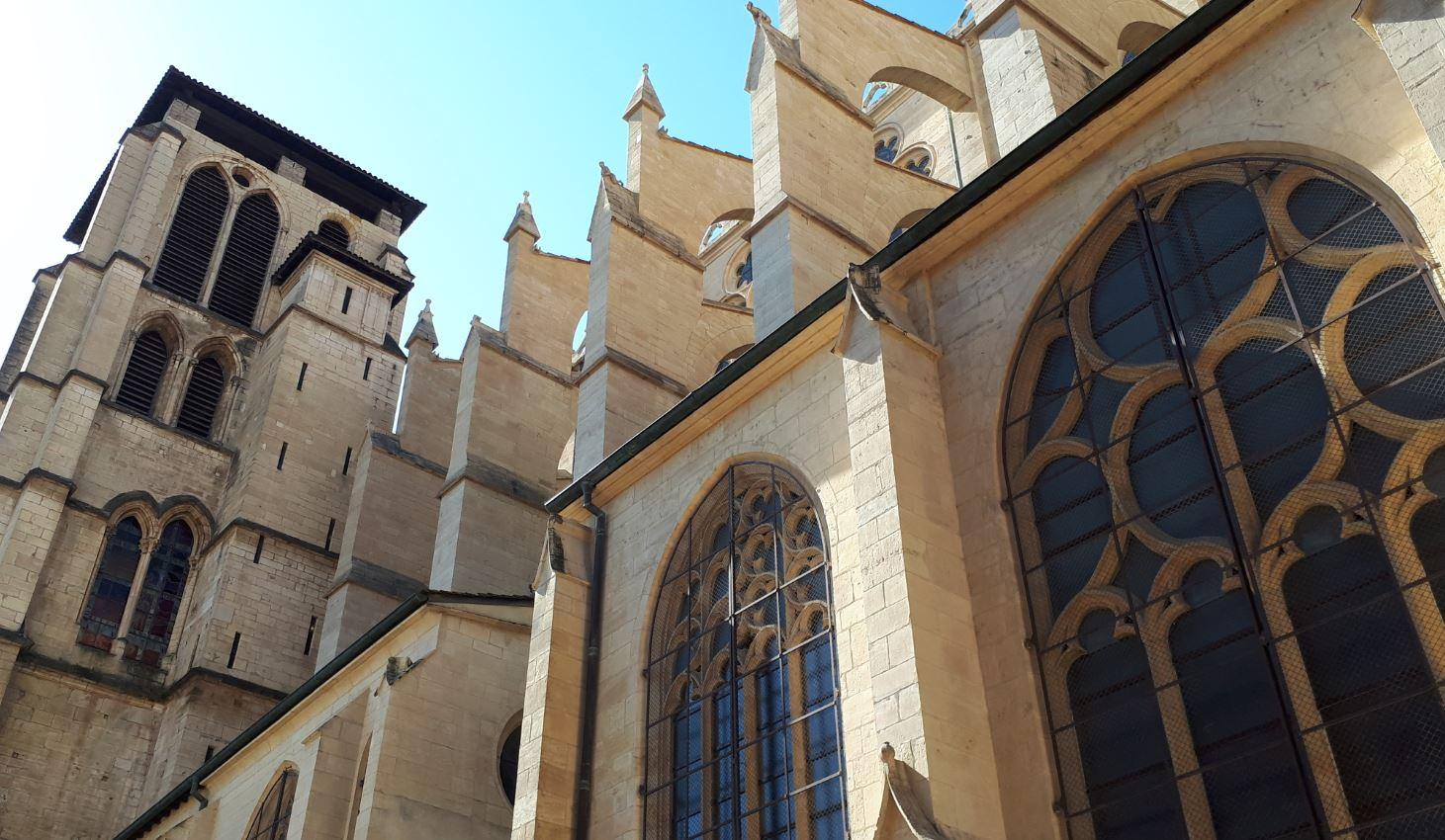 vue de côté de la cathédrale Saint-Jean