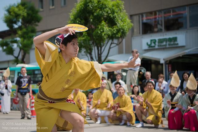 吹鼓連、高円寺駅北口広場での舞台踊り、男踊りの踊り手の写真 2