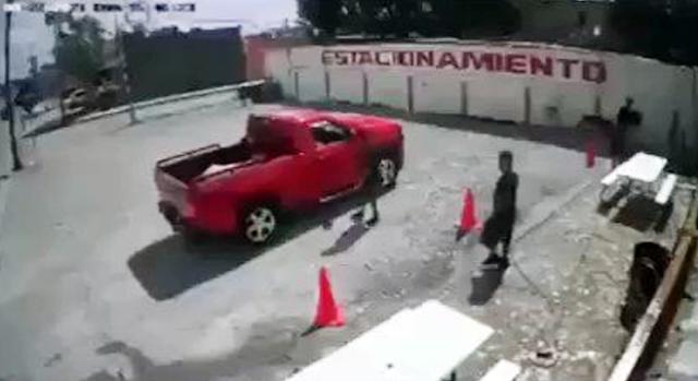 """Video: Así fue como a punta de balazos Estatales trataron de bajar de su camioneta al """"Comandante Bravo 1"""" pero este se echo de reversa y se dio a la fuga"""