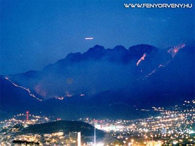 UFO-t filmeztek egy erdőtűz mellett az amerikai hírcsatorna helikopteréről