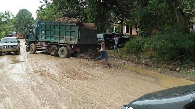 Peduli Lingkungan Perusahaan Perkebunan Kelapa Sawit SKD Bantu 32 Kubik Batu ,Timbun Jalan Berlubang di Bakti Makmur