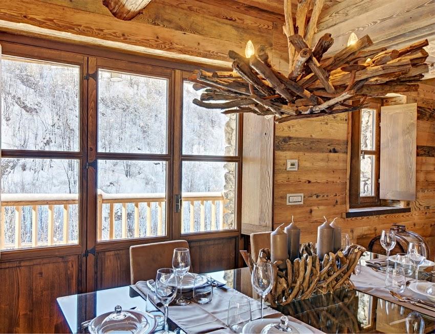 Zachwycająca drewniana chatka w Alpach, wystrój wnętrz, wnętrza, urządzanie domu, dekoracje wnętrz, aranżacja wnętrz, inspiracje wnętrz,interior design , dom i wnętrze, aranżacja mieszkania, modne wnętrza, styl rustykalny, styl klsyczny, drewniany dom, dom w górach, górska chata, jadalnia