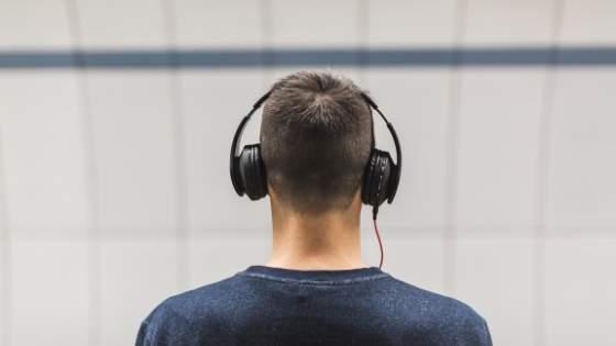mendengarkan podcast
