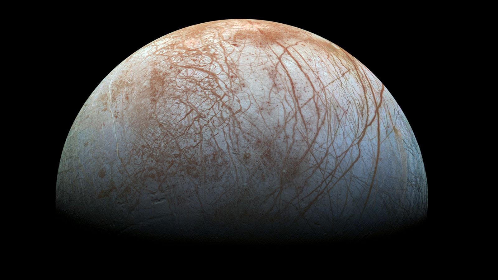 Europa, una de las lunas de Júpiter, bajo cuya superficie habría un océano capaz de albergar vida. FOTO: NASA
