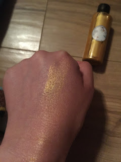Applicationsur la peau de l'huile sèche scintillante pour le corps de la box formule beauté de juillet 2019