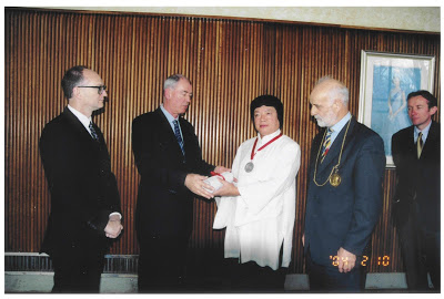 义云高大师(第三世多杰羌佛) 获授英国皇家艺术学院Fellow职称-2004/02/10